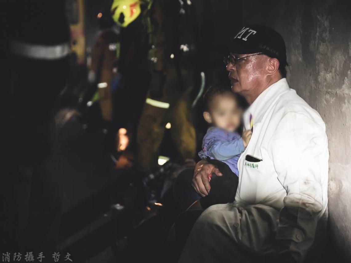 陰暗隧道內的一道光》弟弟別哭,阿伯保護你!白袍暖醫緊抱幼童,細語安撫「沒事了」