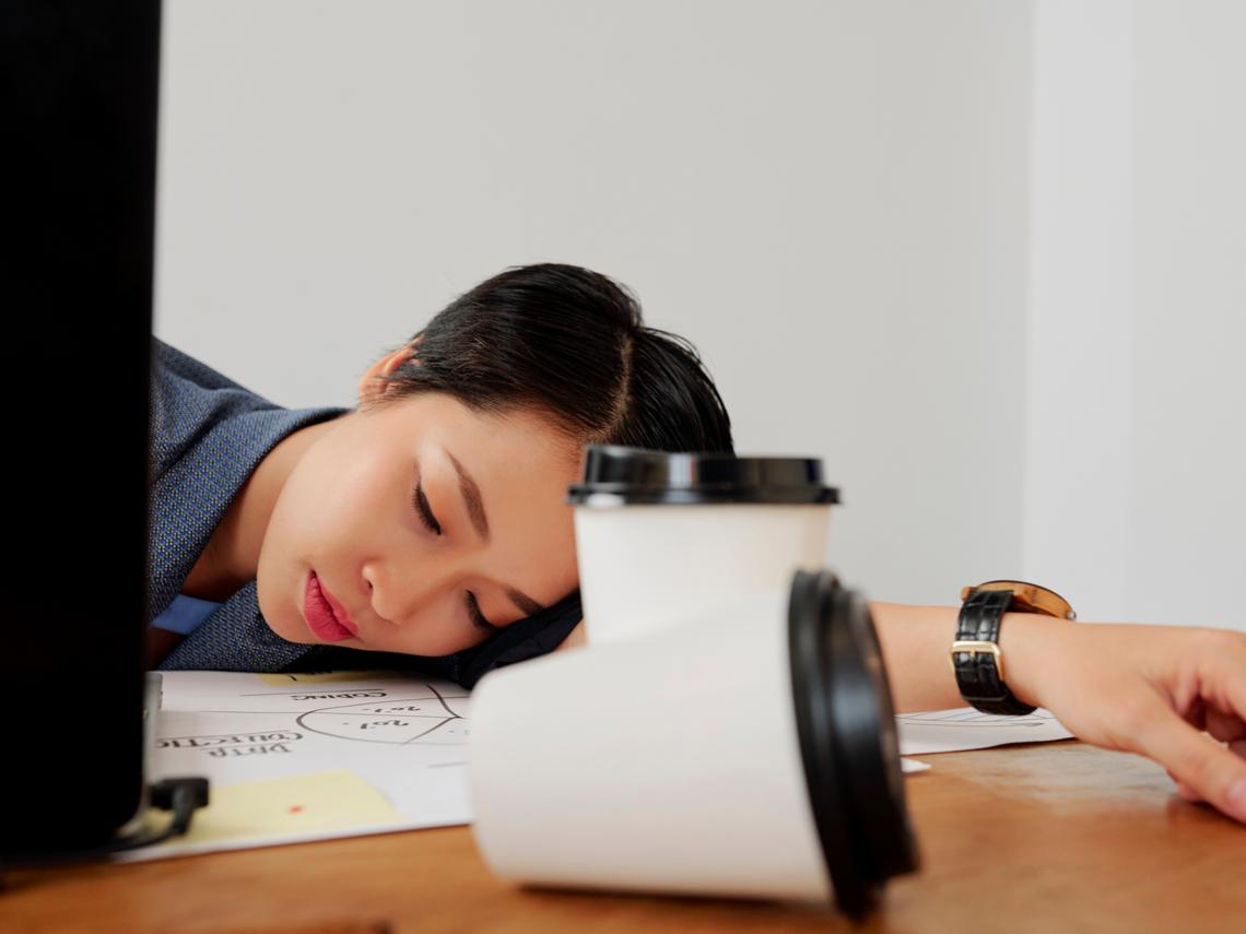設計師午休趴睡30分鐘卻「右耳全聾」 耳鼻喉醫:原因這兩個,全台上班族小心了!