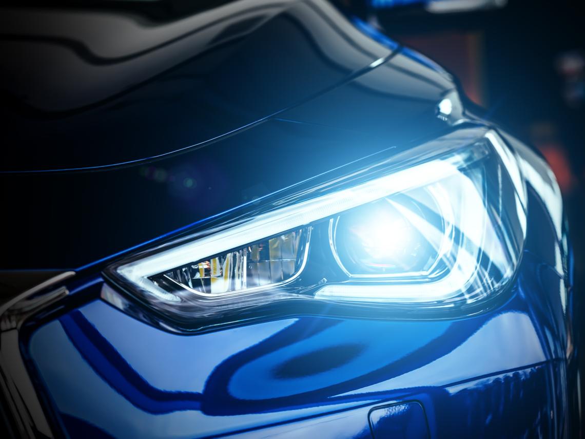 黃光比較顯眼啊! 為何現在很多汽車頭燈都用白光? 原因是「這個」