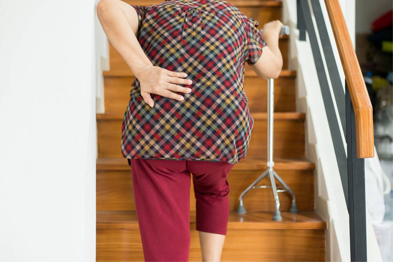婦女腰痠1個多月 結石引腎水腫! 醫術中抽出「抹茶拿鐵」色膿尿
