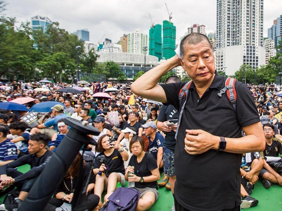 違反香港國安法遭捕 黎智英上銬自家中被帶走