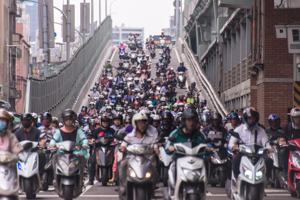 為什麼台灣人這麼愛騎機車?他來台2個月發現:不只是貪便宜,還有這5大原因