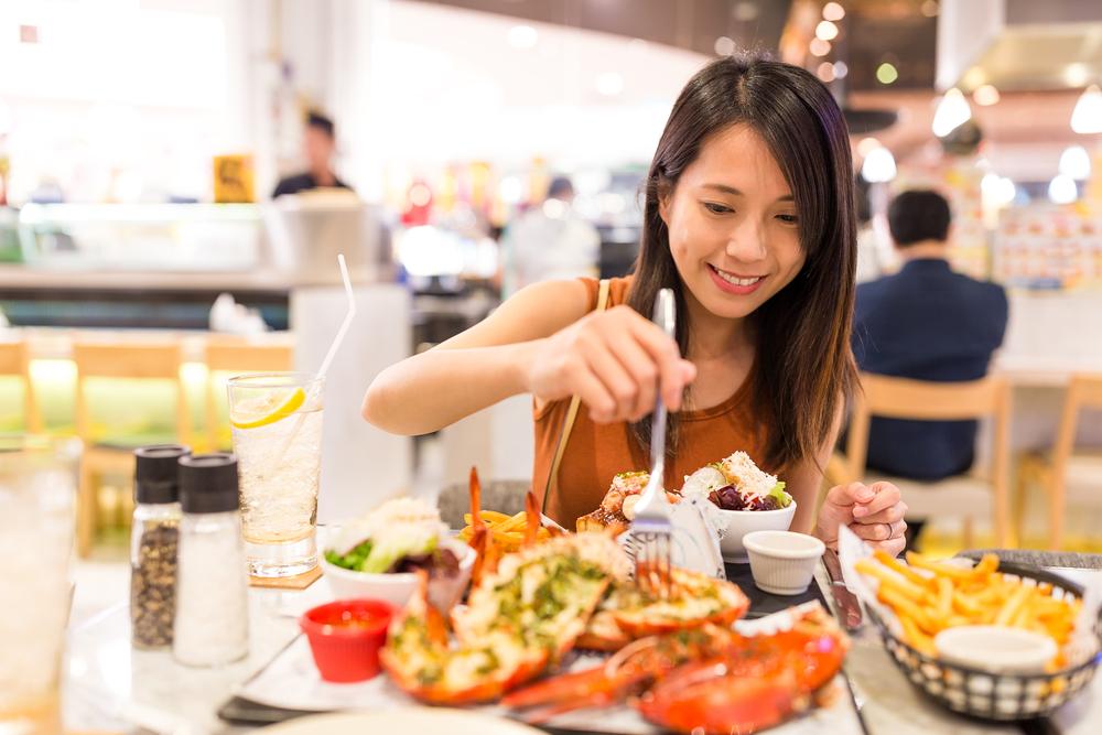 出國時,在餐廳喊服務生「waiter」超失禮!台灣人常用的3種英文稱呼,容易激怒外國人