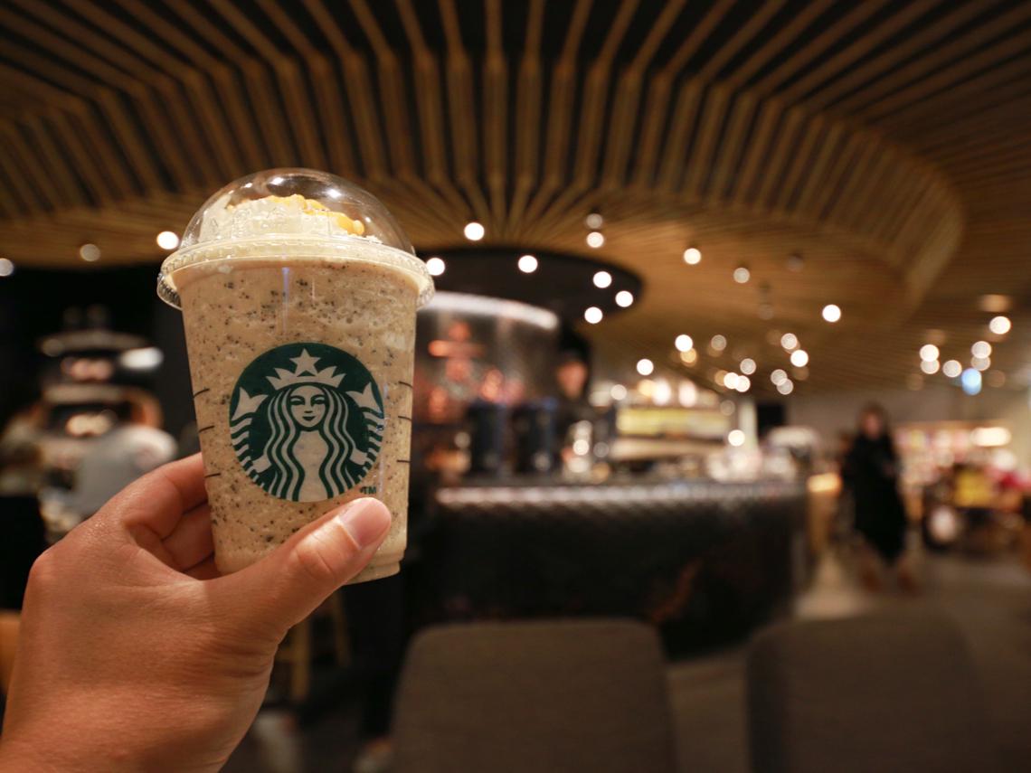 為什麼星巴克常辦買一送一促銷、超商要做超級麻煩的「咖啡寄杯」?竟都是為了這件事...