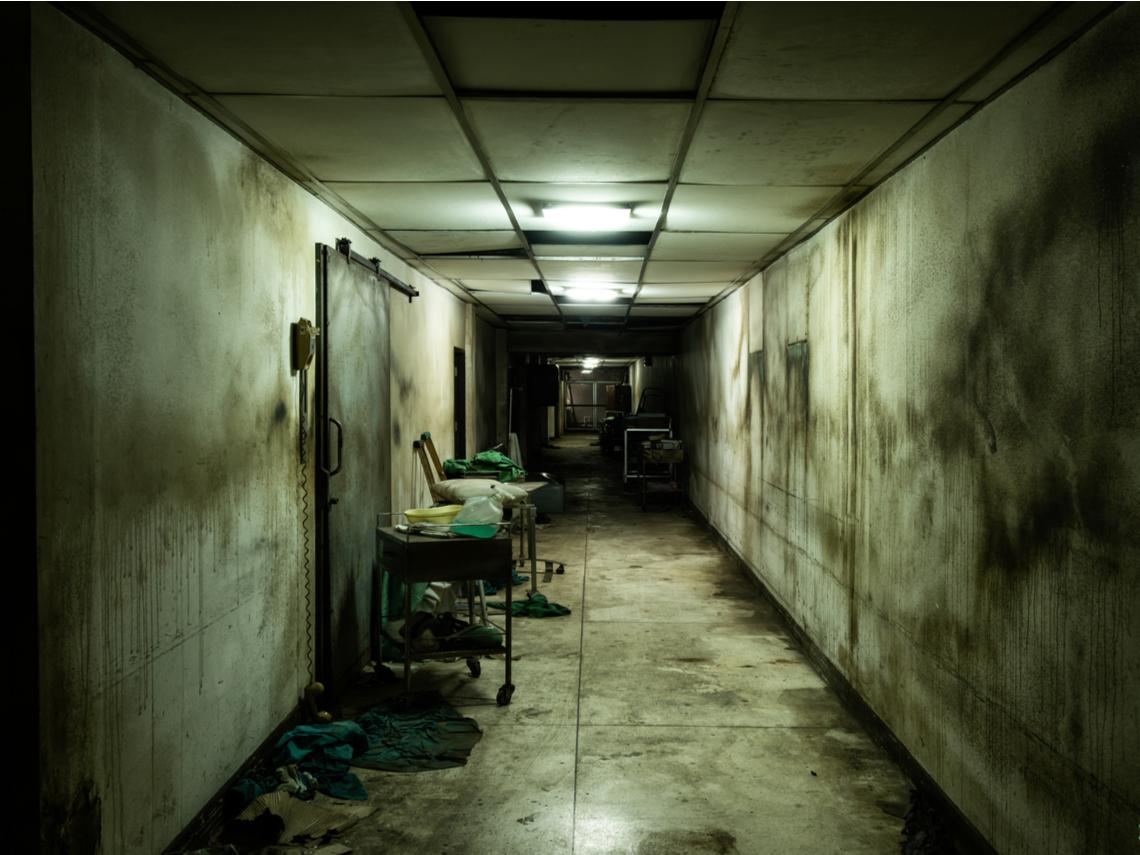 員警巡邏廢棄醫院,神秘老人突現身差點嚇死,回程查手機錄影才驚覺撞鬼了...
