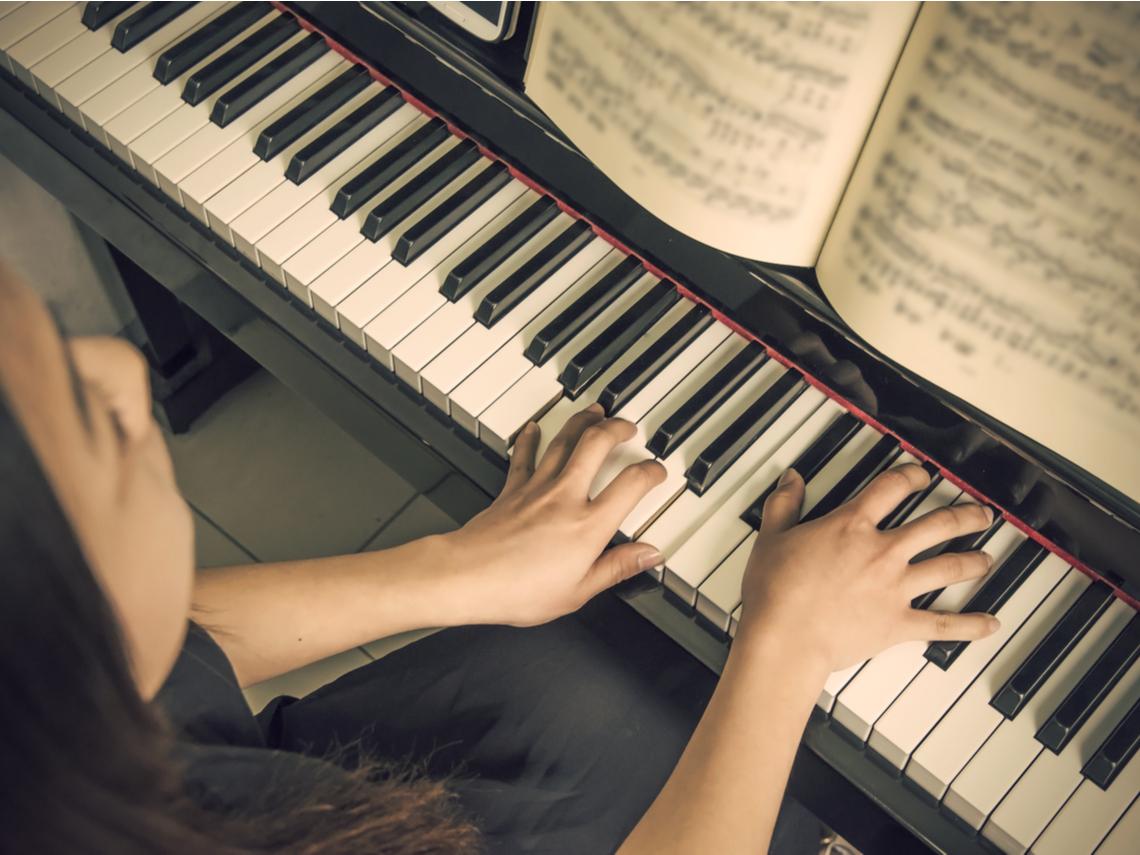 30歲鋼琴老師月賺5萬,竟存不到3千?5個小習慣扭轉「窮忙人生」,20年攢出800萬退休金