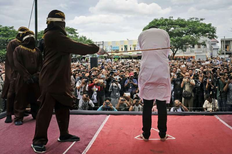 作法自斃!伊斯蘭教領袖擬定嚴苛宗教律法,自己卻被逮通姦人妻、遭公開鞭刑