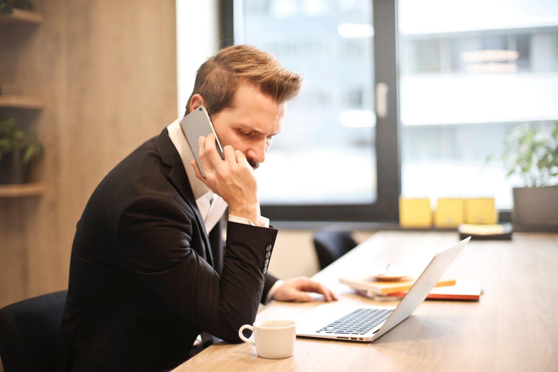 職場電話英語》面對不同對象 正式與非正式用語大不同