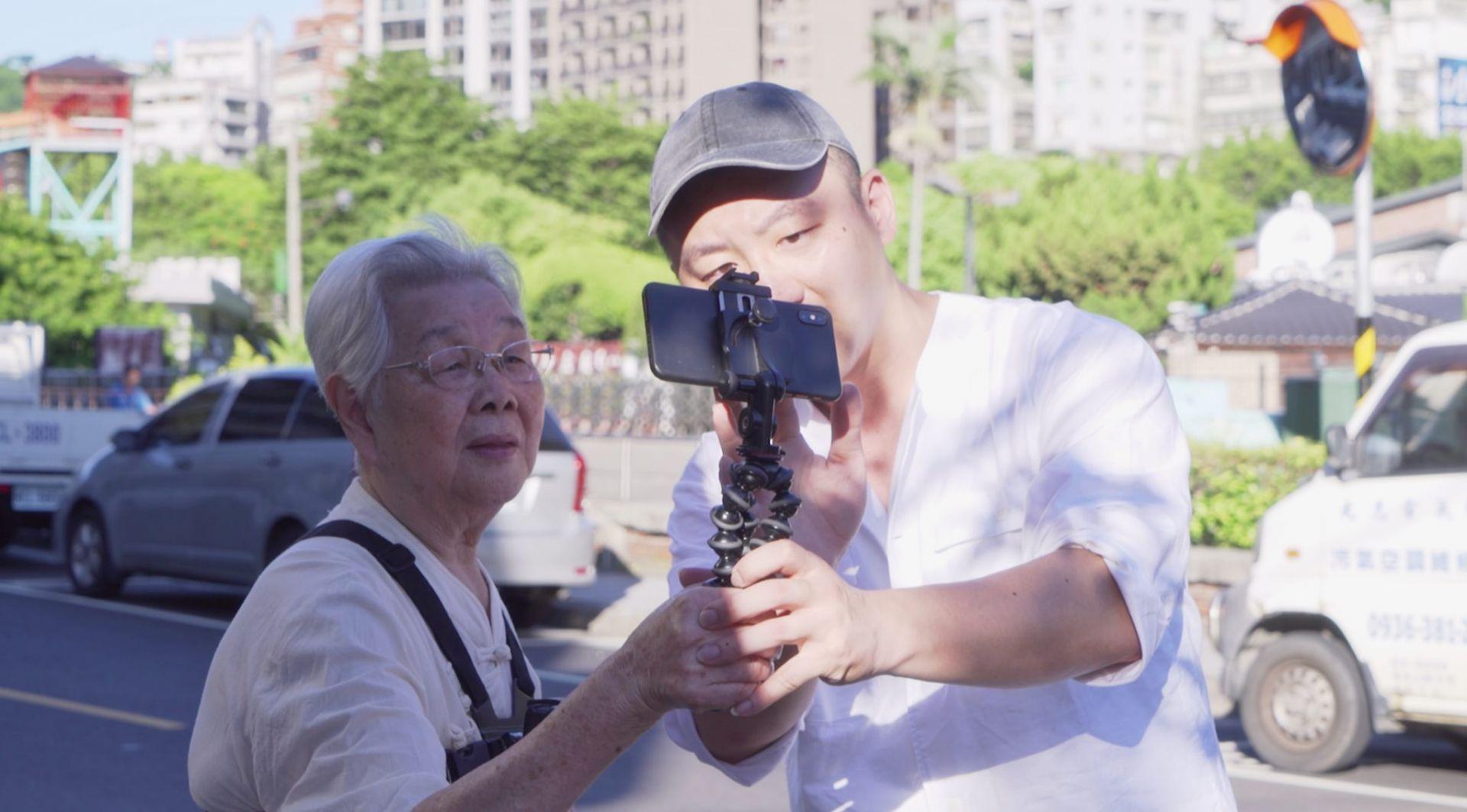 擁有22萬粉絲,84歲老奶奶「邢黃滿金」意外成為youtuber,爆紅背後藏著一段感人祖孫情