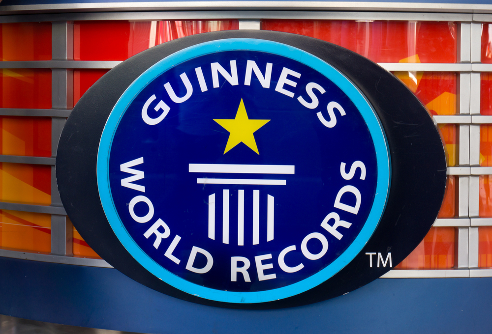 專門紀錄世界之最「金氏世界紀錄」是靠什麼賺錢的?起源竟是為了賣啤酒...