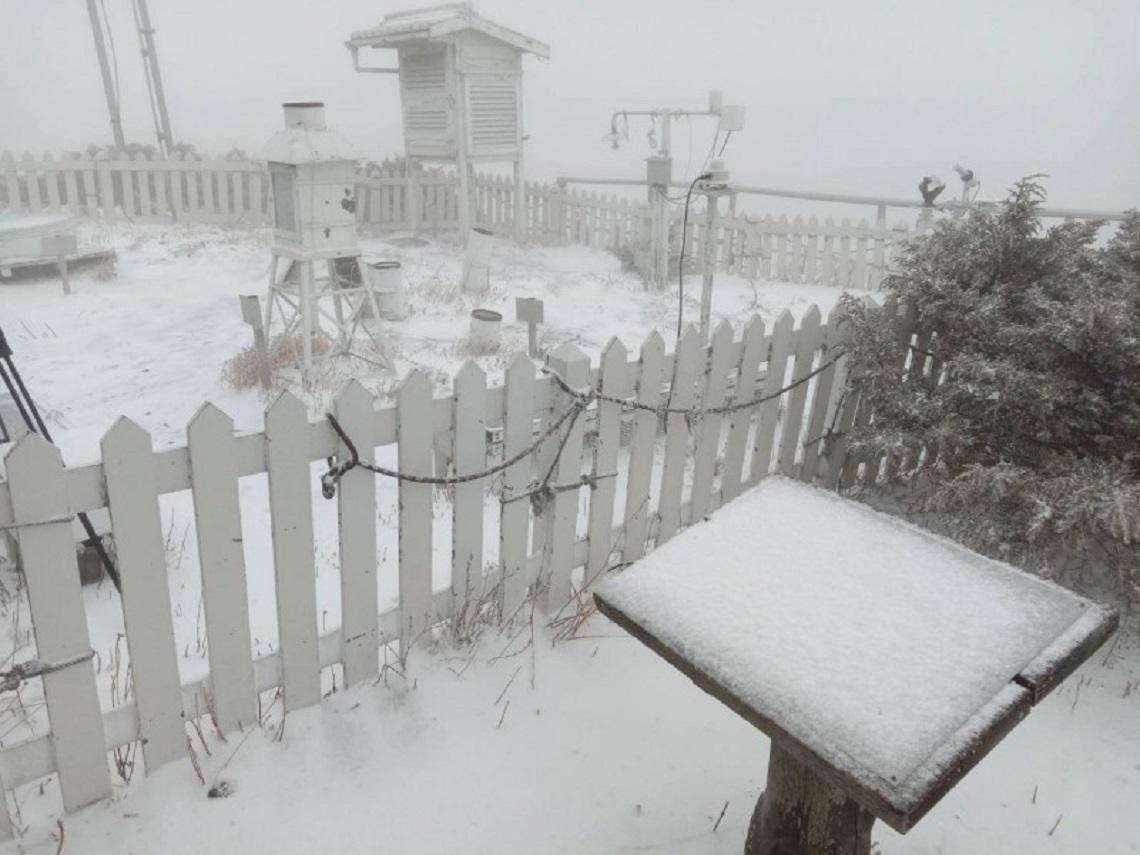 玉山降下3月雪!今鋒面來襲濕冷又暴雨 吳德榮:清明連假北部濕涼