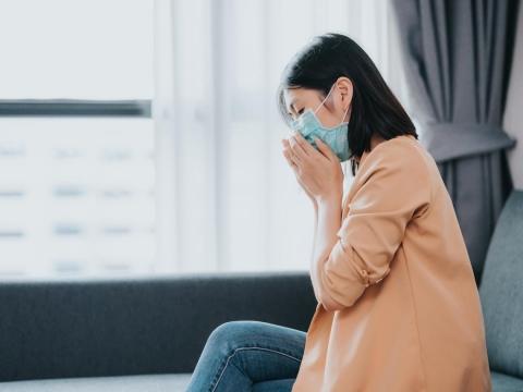 家庭主婦長期吸二手菸,罹患肺腺癌!醫師:出現8大症狀恐已肺癌四期