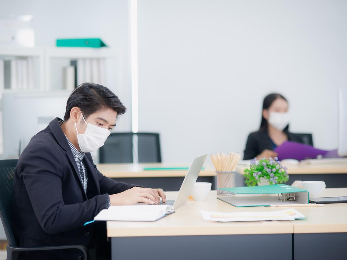 上班時如何保持「1.5公尺社交距離」?勞動律師:公司應該這樣做才合法
