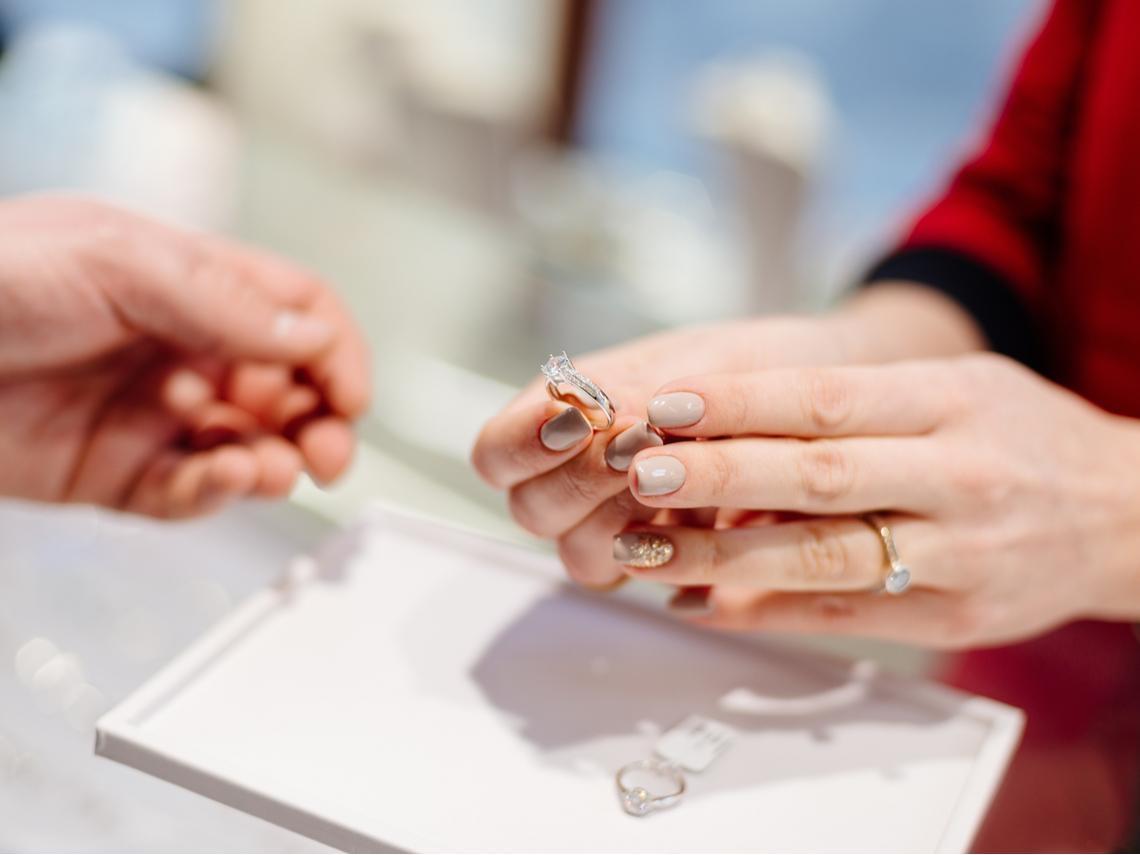 客人要買10萬的戒指,為什麼老闆娘卻建議她挑5萬的?一個故事看懂:什麼叫「生意頭腦」