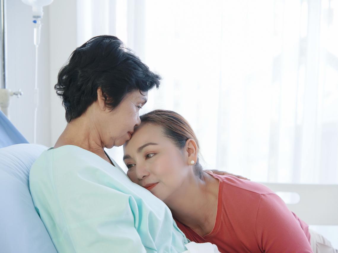 父母插滿管、七孔出血子女仍救到底!暖醫:「天邊孝子症候群」是善終的最大阻力