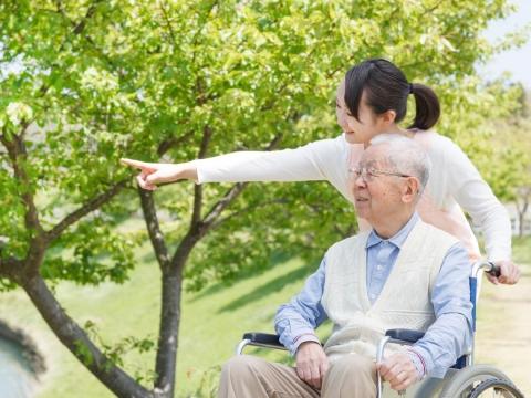 你養育我長大,現在我陪你變老,與父母相伴的最後時光:爸,慢慢來,不要急,我會等你