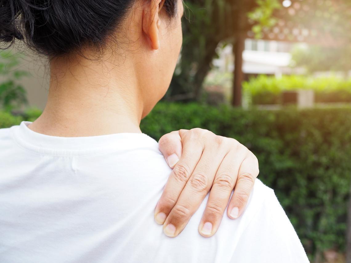 常搬重物、罹糖尿病,容易有五十肩!醫師:2個復健動作有效改善