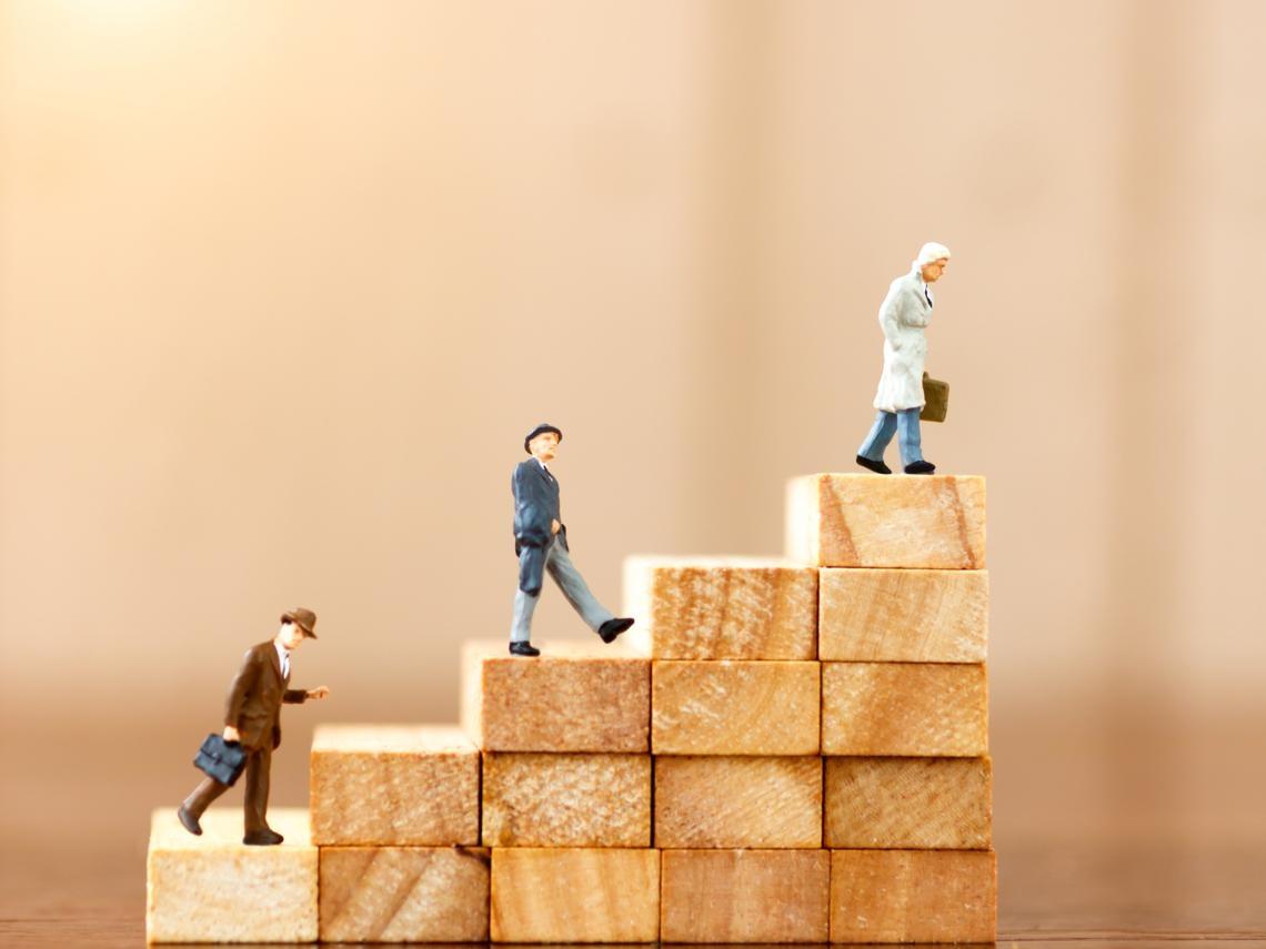誰說50歲的薪水,一定高過30歲!很多人不知道:●歲後的平均薪資,就和社會新鮮人差不多