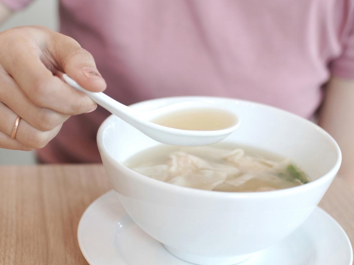 常喝熱湯,容易罹食道癌嗎?醫師:初期無明顯症狀,8個生活習慣要遠離