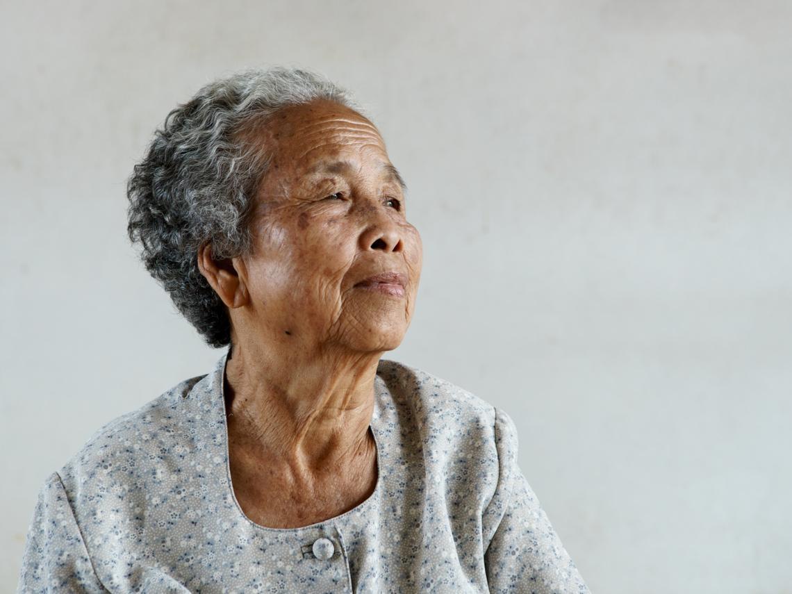 70歲老母親摔下床不能自理,兒子回國第一件事就是送療養院...人生,別等子孫來替自己斷捨離
