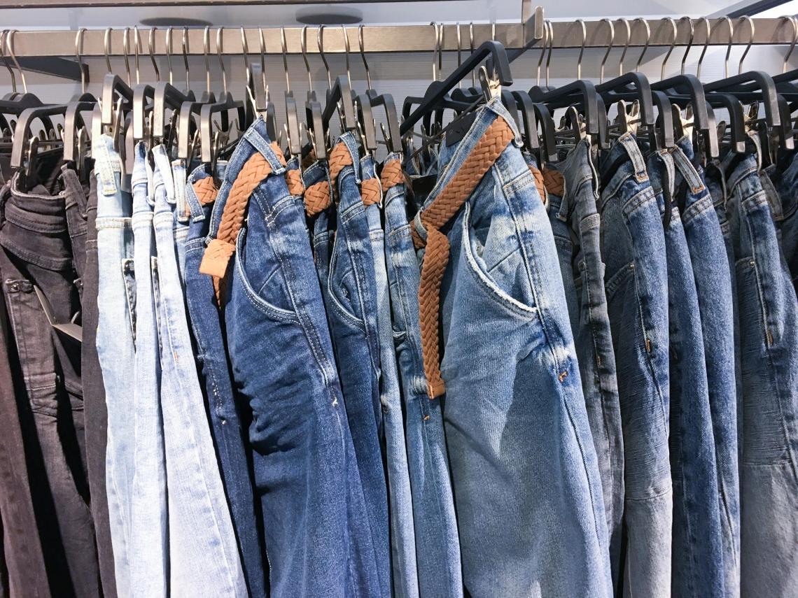 舊牛仔褲變新衣!瑞典研發「溶解」技術製再生布料,從源頭設計創造永續價值