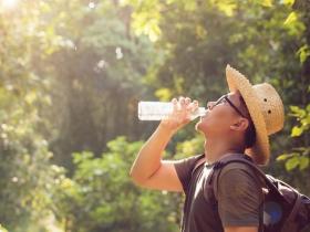 一直喝水還是口渴?50歲男「熱衰竭」 醫師:嚴重中暑死亡率高,這些症狀別輕忽