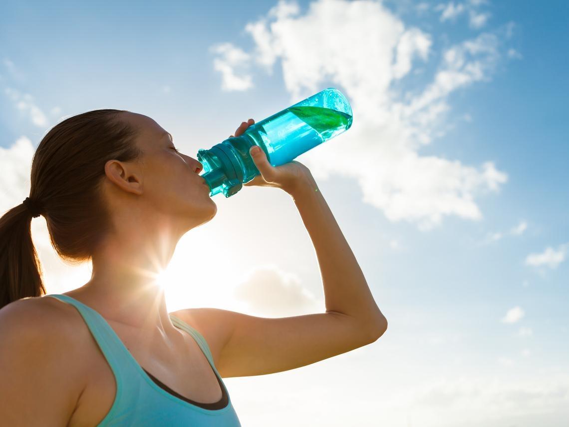 冷氣房配冰飲料,原來更容易中暑!北京醫學世家傳人傳授:夏天這樣喝水排出體內熱氣