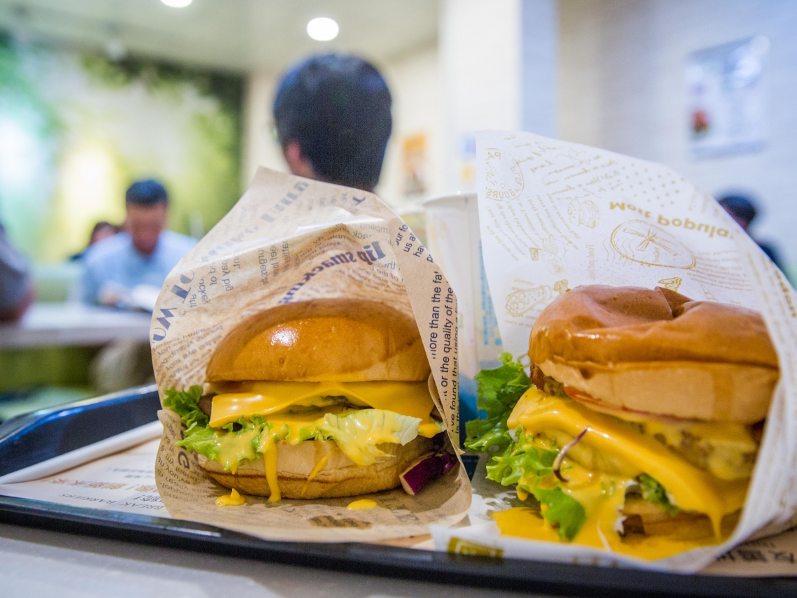 3天賣上萬個漢堡,店員包到手軟!這家南部發跡素漢堡店 為何讓年輕人甘願排隊吃素?