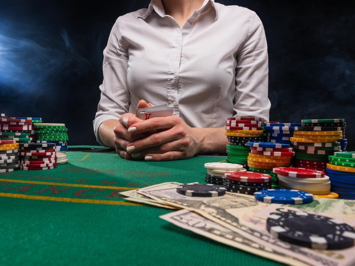 離開賭鬼前夫,35歲主婦在澳門做荷官告白:月賺20萬,我每天「見證」一夜暴富和傾家蕩產