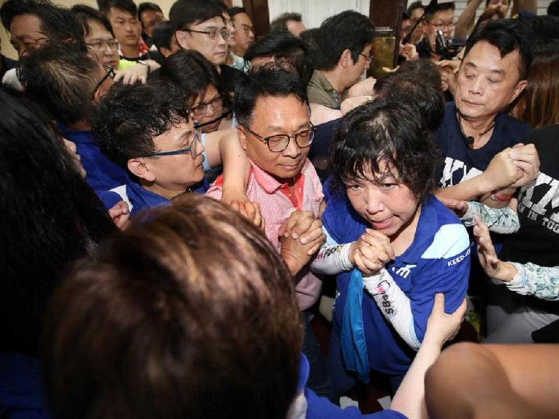 圖輯》抗議陳菊人事案!藍綠激烈衝突 立院玻璃碎一地