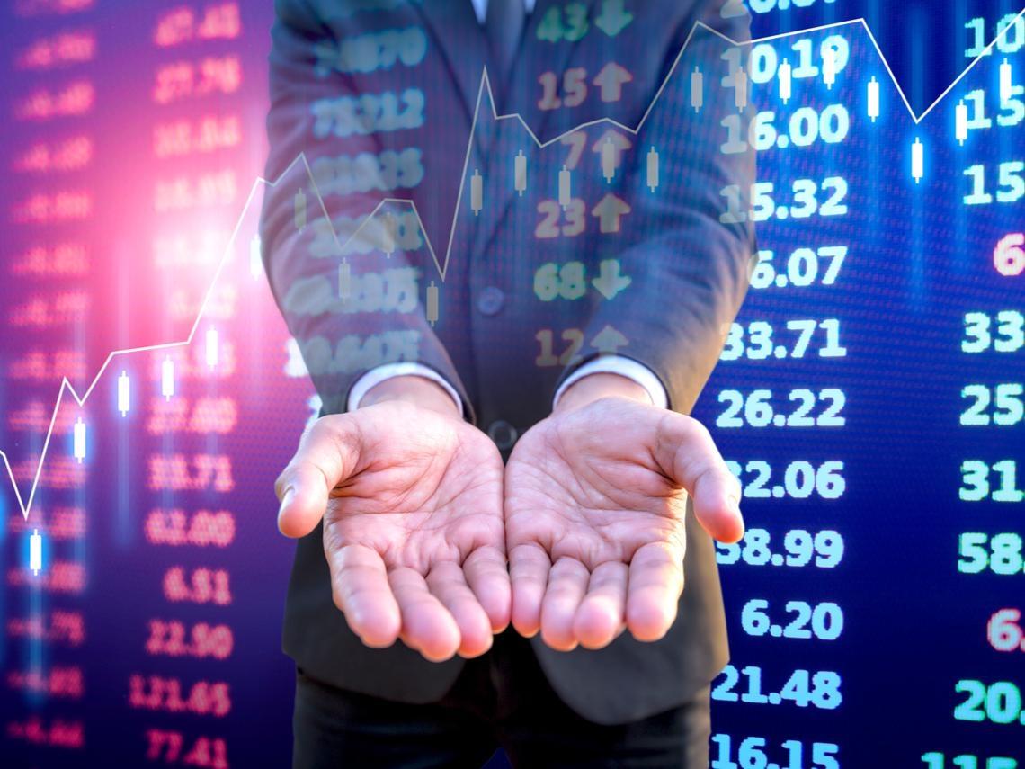 股票只持有一年,報酬率可能從-40%到60%!投資新手該怎麼減少虧損可能性?最簡單的做法是...