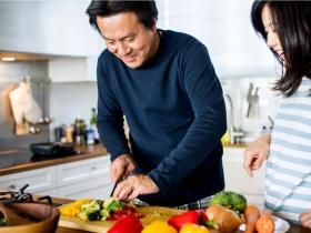 誰說操持家務是女人的本分?調查發現平均分擔家事的夫妻,婚姻更美滿且幸福