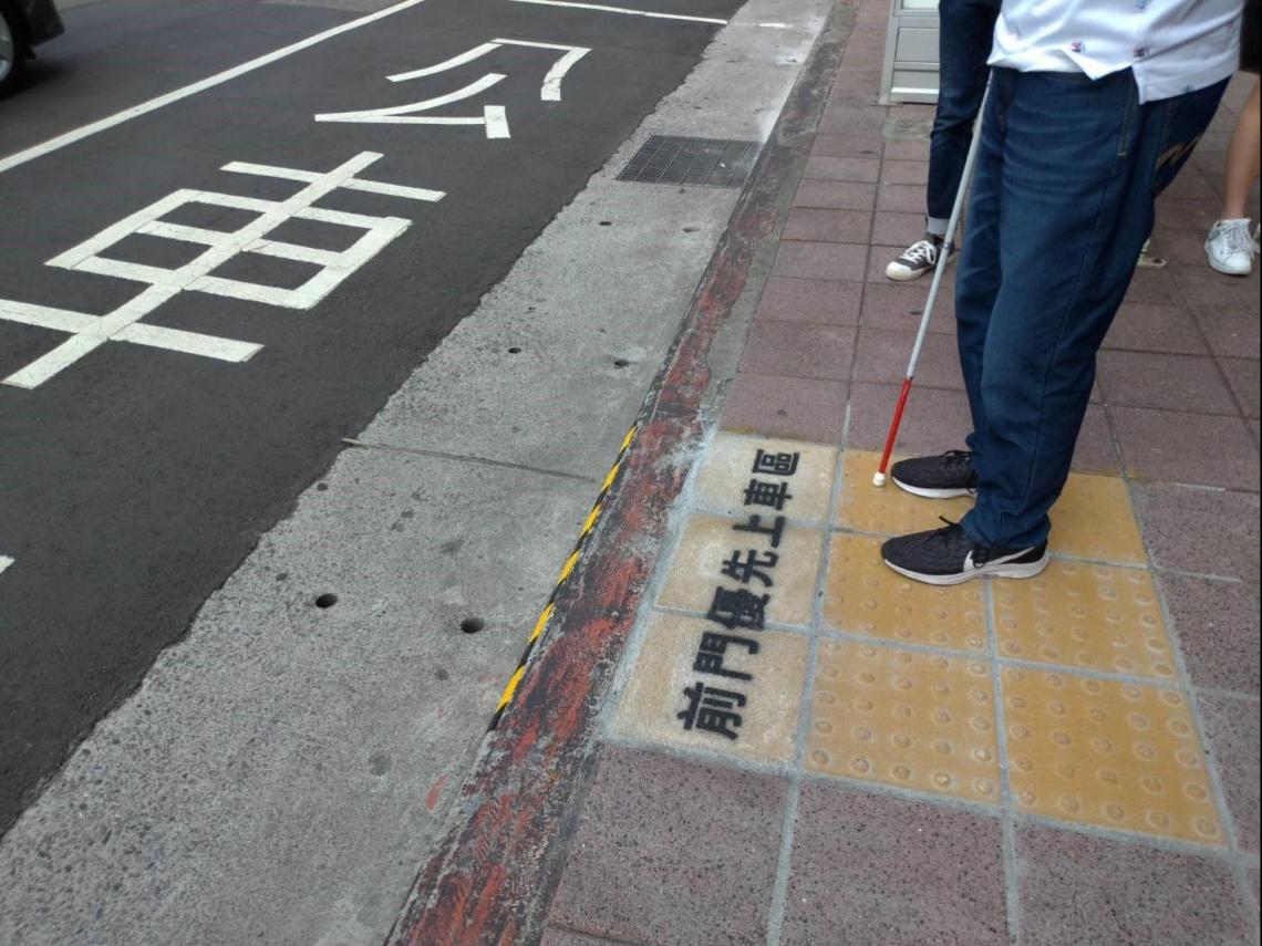 不只預約公車!他們為視障者打造專屬候車區 盼3年內在雙北更普及