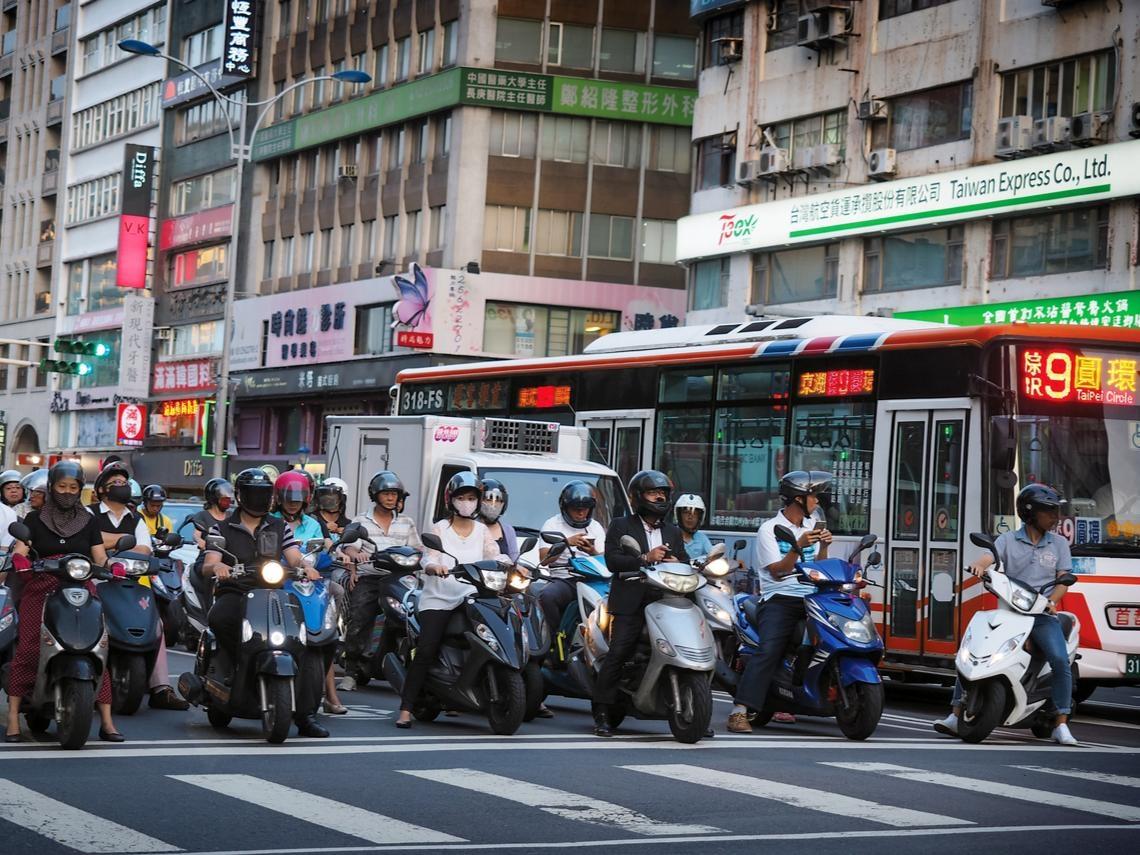 紅燈轉綠燈的前2秒,機車就會衝出去!一個香港人的3年多觀察:台灣馬路上有4種階級