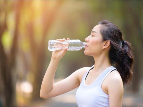 高溫炎熱!喝水方式錯誤,當心引發腎衰竭 醫師:注意3症狀、補水有訣竅