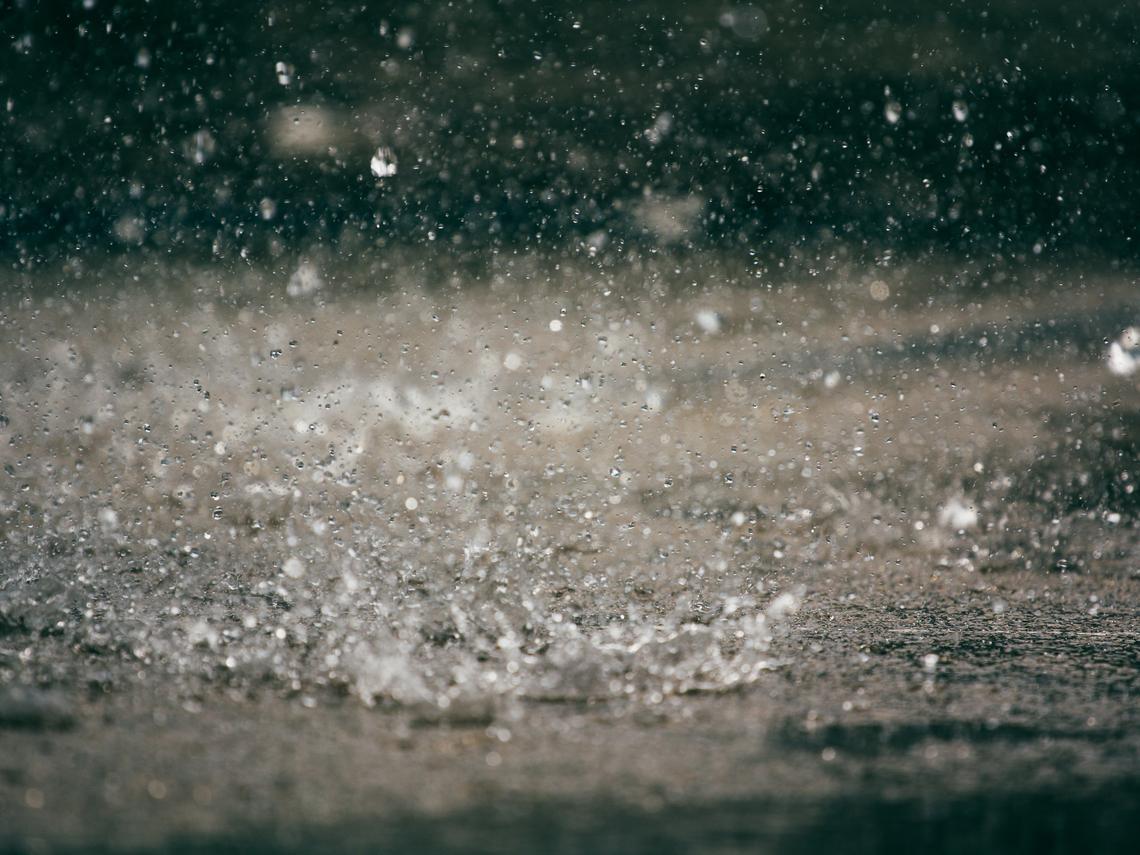 下雨發電不是夢! 科學家開發「雨滴發電機」,一滴水可點亮100盞LED燈