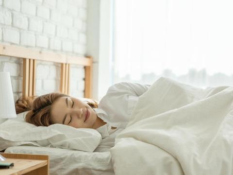 睡不飽腦袋就變鈍,還可能提早失智!每天這樣睡、阿茲海默症風險降低至20%