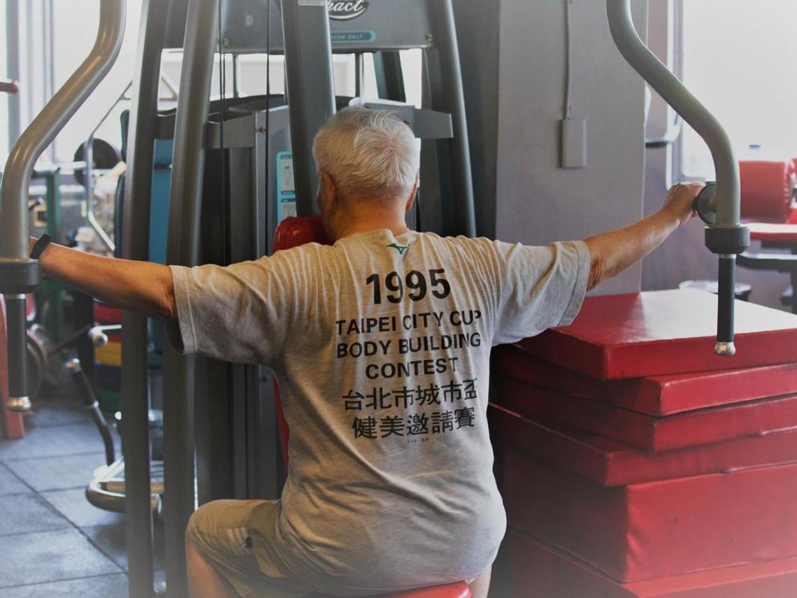 超過一萬天的日子...93歲爺爺天天「健身房報到」 背後故事曝光!網友:有夠狂