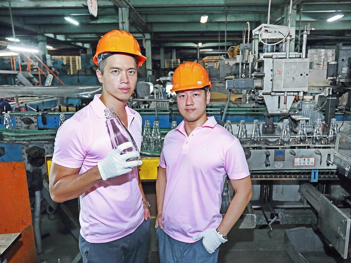 當年負債超過營收、周轉金不到3個月…這對兄弟如何讓96年老玻璃廠「轉骨」、訂單滿到明年?