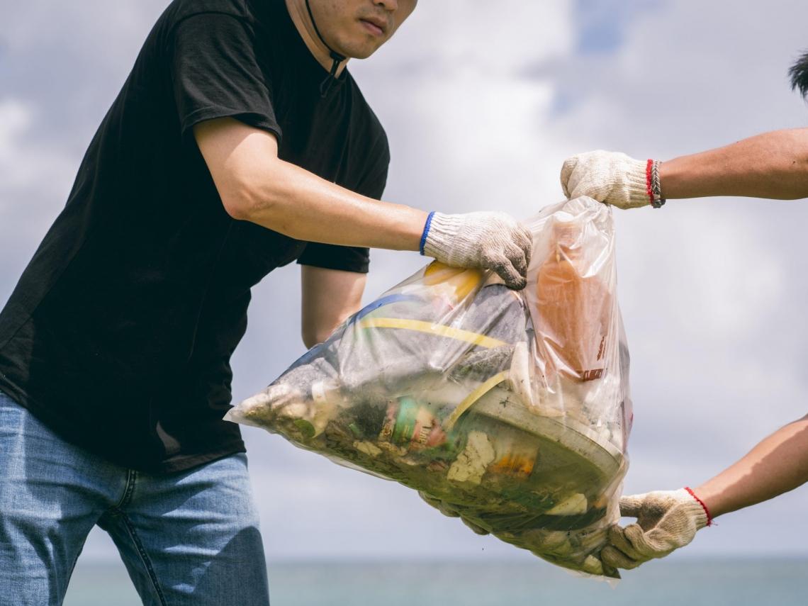 假日淨灘拾起2400公斤垃圾!這群印尼移工給台灣人的一堂課:不要想這是誰的垃圾,要想這是誰的地球