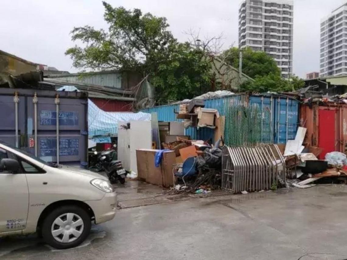 台北蝸居又現!10多個貨櫃隔成小房間 擠20人月租3千元