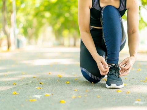 蹲了就爬不起來,一變天關節就痛?關節治療專家教你3招,做好關節保養