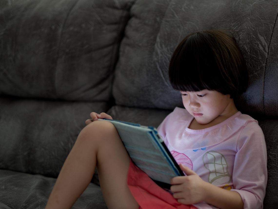 一天狂盯平板6小時 5歲女童雙眼竟長出「白色結石」