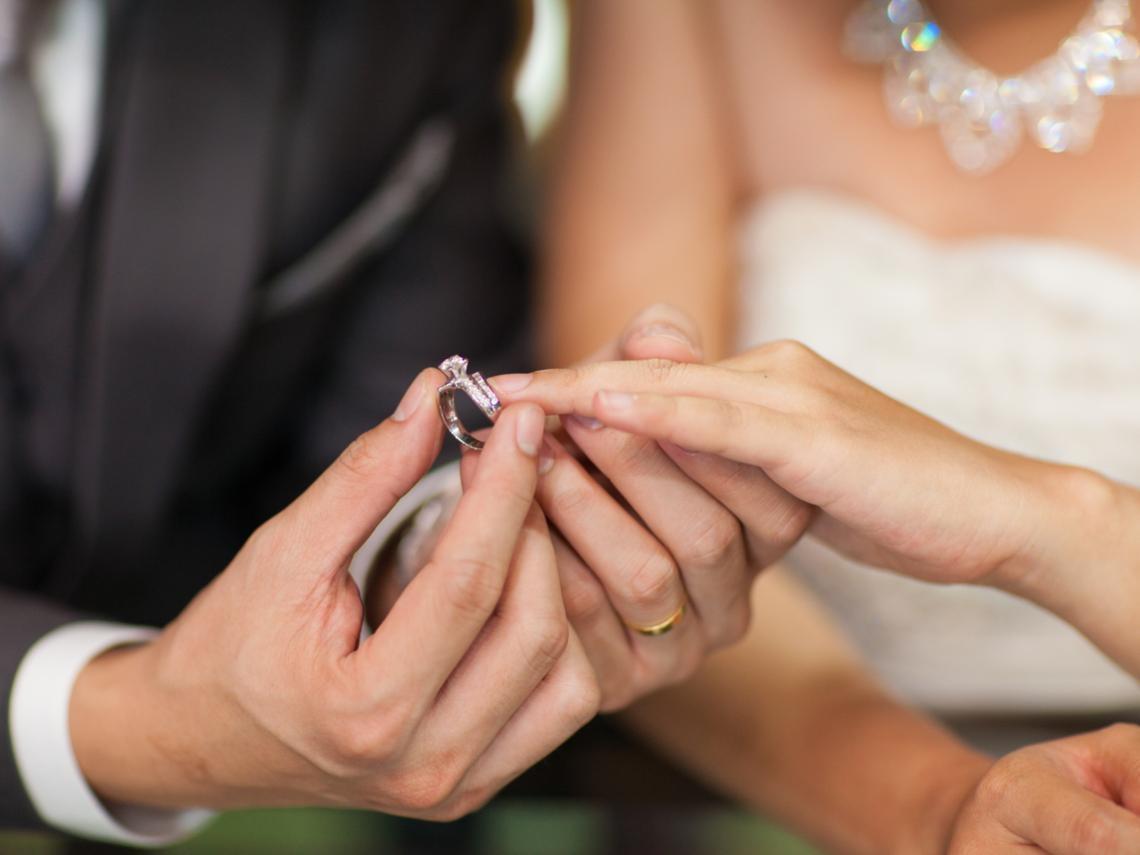 新郎想買0.5克拉的鑽戒,你該如何讓他心甘情願換買1克拉?4個例子看懂:會說話有多重要
