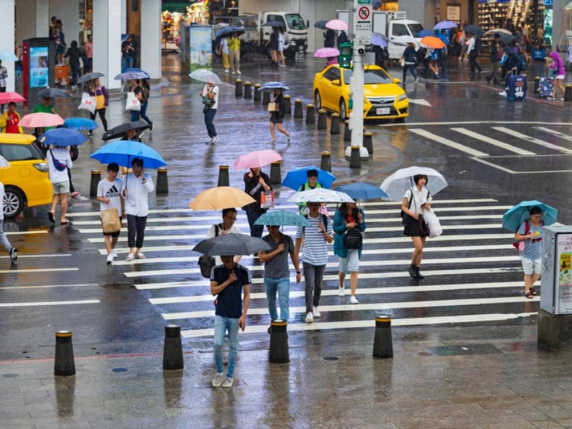 溼答答!東北風+颱風挾帶水氣 4縣市大雨特報、全台偏冷明起放晴