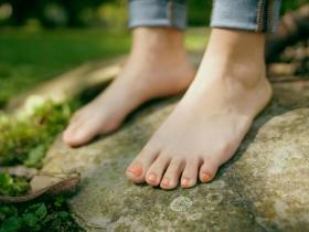 雙腳痠麻冰冷、偶爾走不動,周邊動脈血管可能阻塞!快從4個危險因子下手預防