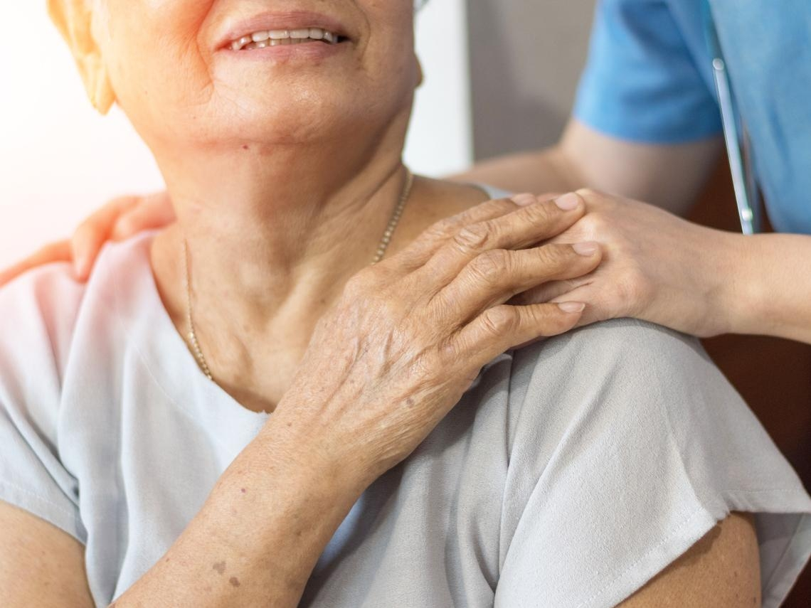 不自主抖動、手抖不是太疲勞,可能是帕金森氏症!醫:50歲後好發,早治療控制佳