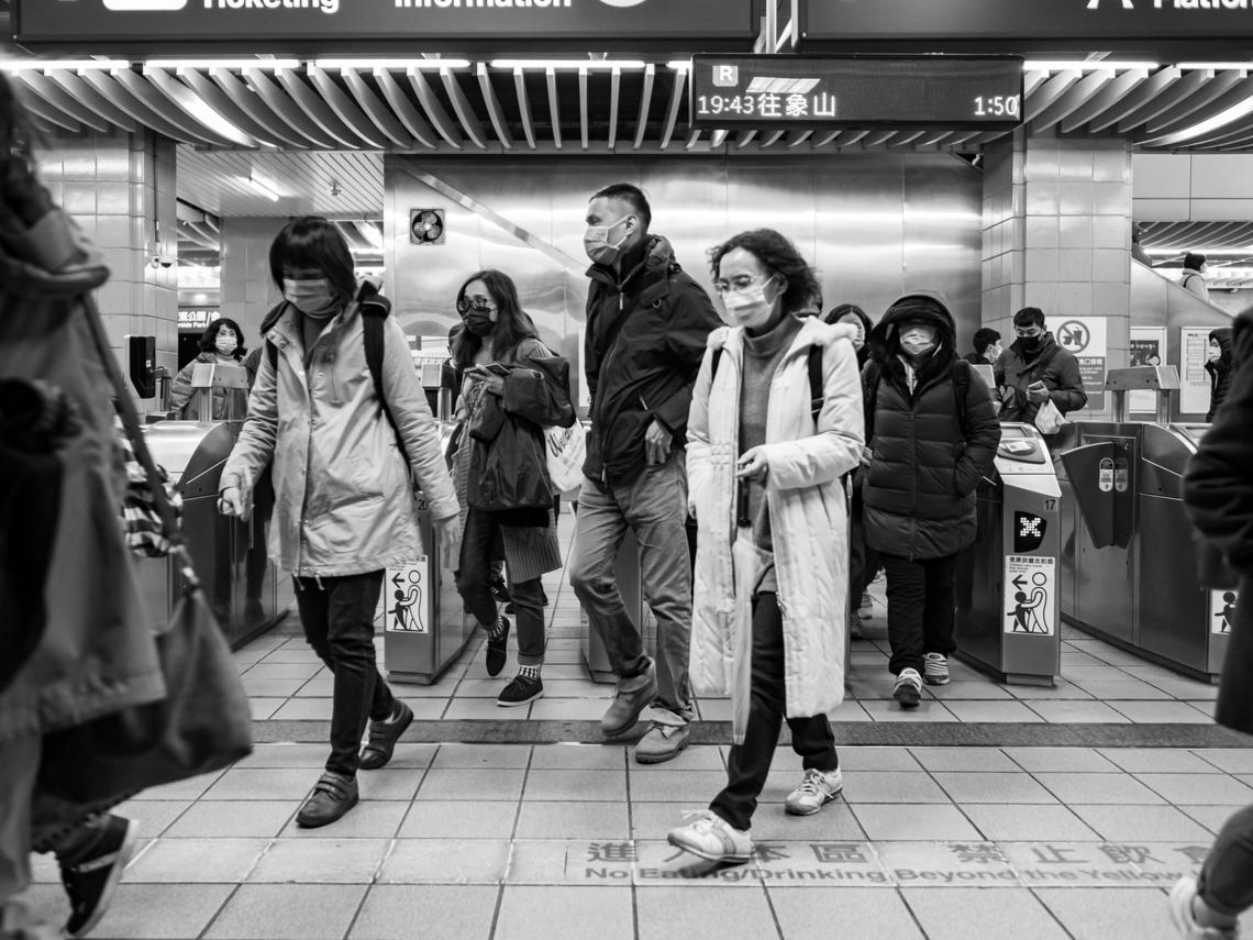 醫師染病被獵巫...呂秋遠:這些造口業的人,知不知道台灣醫護人員薪水有多低,工作有多重?