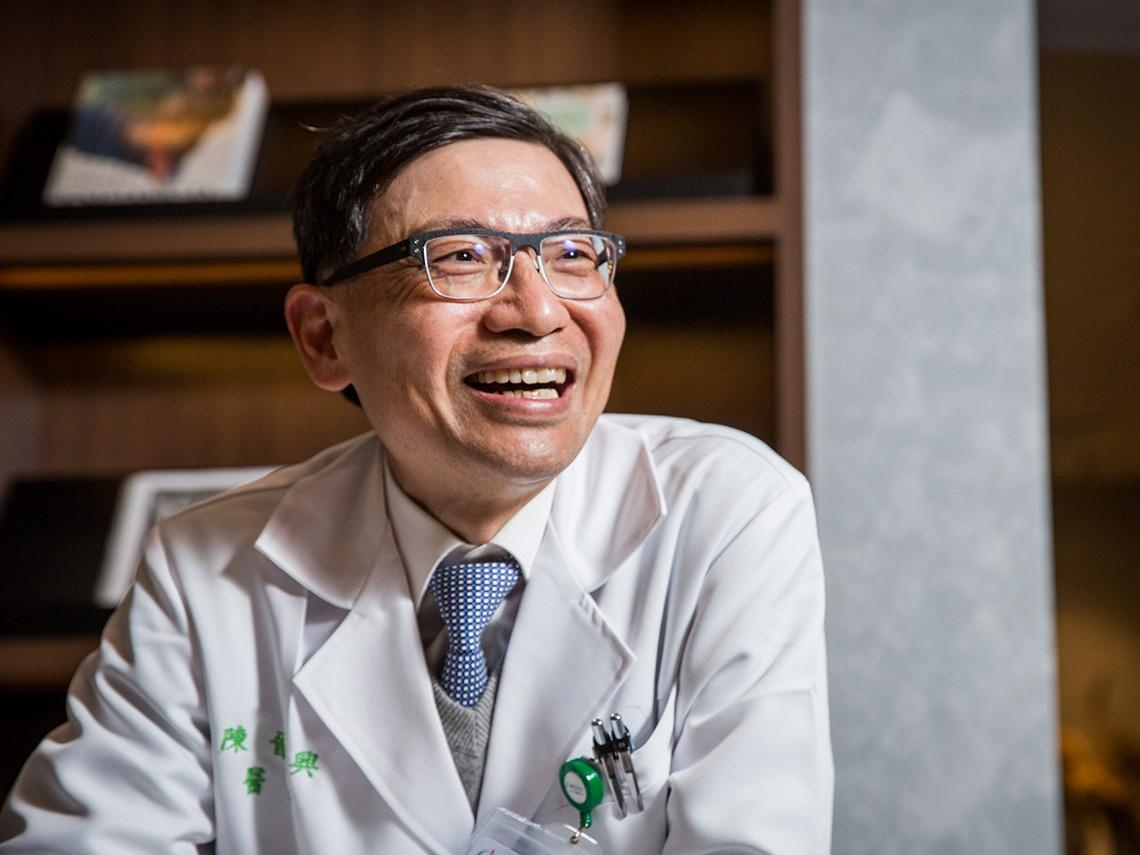 新國病篩檢推手》「病人把生命託付給你,你怎會不把電話給他?」為什麼陳文茜、陳佩琪罹肺癌都找他