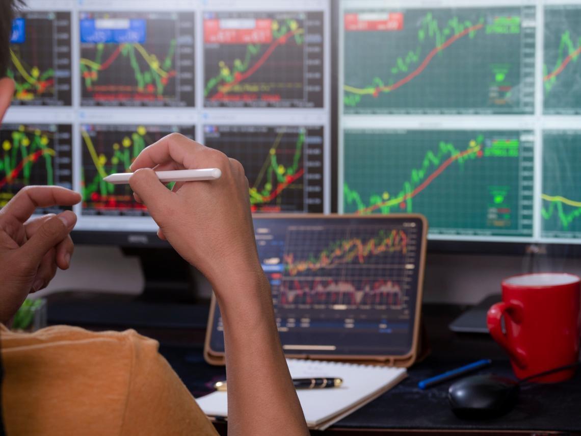 航運業衝完半導體業繼續拚!CP值高的股票怎麼找?一表帶你從產業本益比找下一張「台積電」